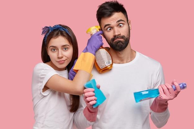 Zabawny Nieogolony Mężczyzna Krzyżuje Oczy, Pomaga żonie W Sprzątaniu Domu, Współpracuje, Wykonuje Prace Domowe, Używa Detergentów, Gąbki Darmowe Zdjęcia