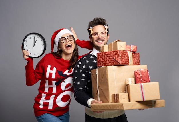 Zabawny Para Trzymając Stos Prezentów świątecznych Darmowe Zdjęcia