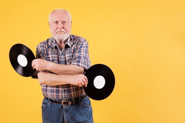 Zabawny Senior Z Kopiowaniem Miejsca Z Nagraniami Muzycznymi Darmowe Zdjęcia