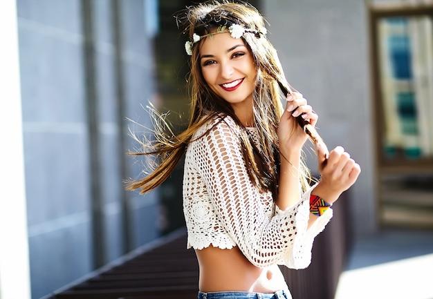 Zabawny Stylowy Seksowny Uśmiechnięty Piękny Młody Hipis Kobiety Model W Lecie Biały świeży Modniś Odziewa Na Ulicy Darmowe Zdjęcia