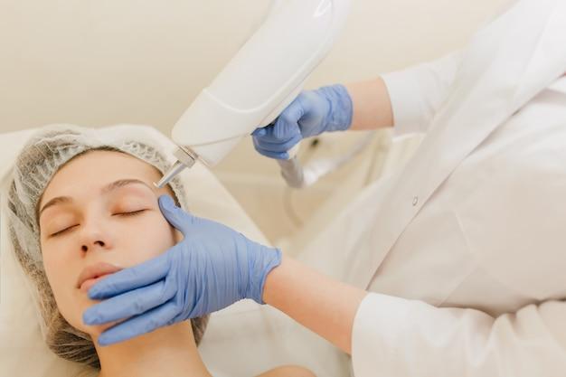 Zabiegi Kosmetyczne, Odmładzanie ładnej Młodej Kobiety W Gabinecie Kosmetycznym. Zabieg Dermatologiczny, Dłonie W Niebieskiej Poświacie, W Pracy, Opieka Zdrowotna, Terapia, Botox, Injekting Darmowe Zdjęcia