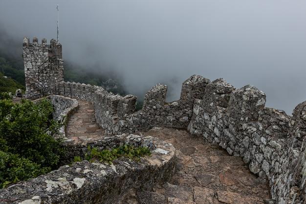 Zabytkowy Zamek Maurów W Sintrze W Portugalii W Mglisty Dzień Darmowe Zdjęcia