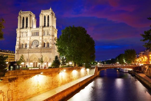 Zachód Słońca Katedry Notre Dame W Paryżu We Francji Premium Zdjęcia