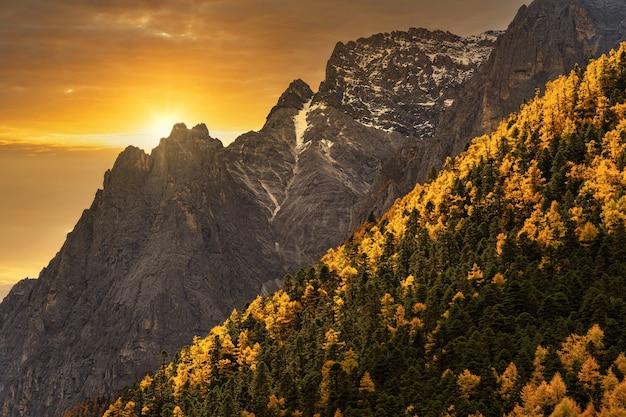 Zachód Słońca Na Górze W Sezonie Jesiennym W Rezerwacie Przyrody Yading Daocheng County Premium Zdjęcia