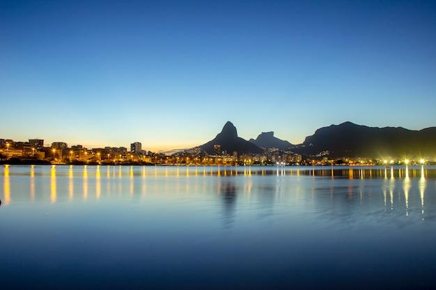 Zachód Słońca Na Lagunie Rodrigo De Freitas Premium Zdjęcia