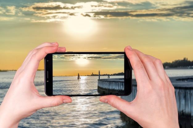 Zachód Słońca Na Lagunie W Wenecji We Włoszech W Letni Wieczór Premium Zdjęcia