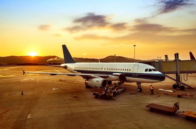Zachód słońca na lotnisku Premium Zdjęcia