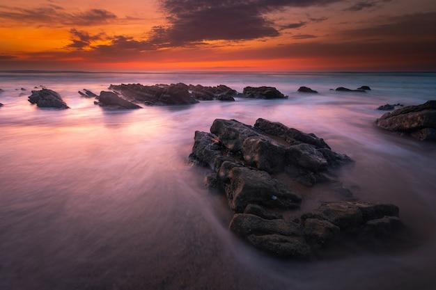 Zachód słońca na plaży bidart obok biarritz, kraj basków. Premium Zdjęcia