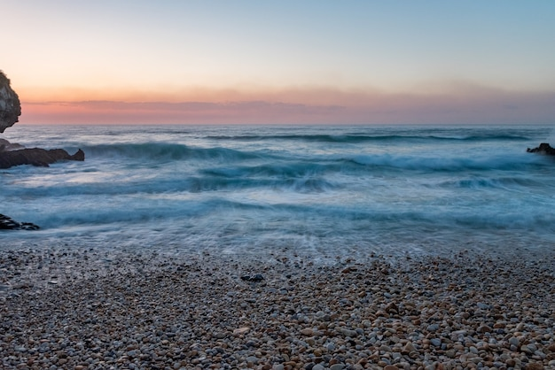 Zachód Słońca Na Plaży Vidiago W Llanes, Asturia, Hiszpania Darmowe Zdjęcia