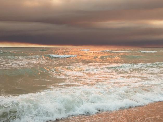 Zachód Słońca Na Plaży Z Ciemnych Chmur Na Vilamoura, Portugalia. Premium Zdjęcia