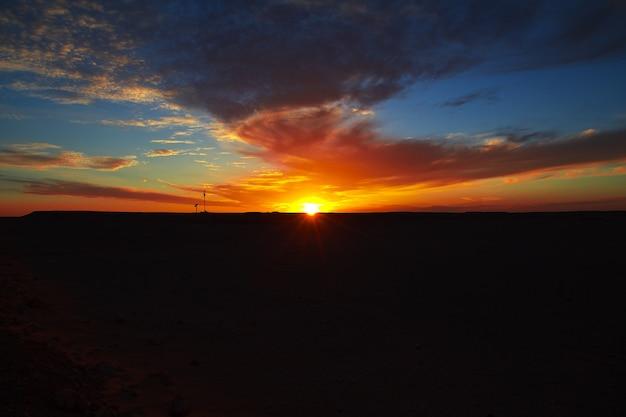 Zachód słońca na saharze w sercu afryki Premium Zdjęcia