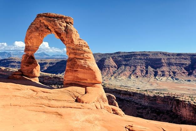 Zachód Słońca Na Słynnym Delicate Arch, Usa Premium Zdjęcia