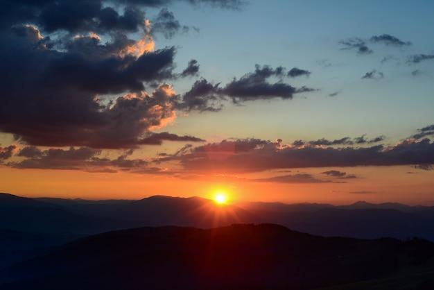 Zachód Słońca Nad Górami Premium Zdjęcia