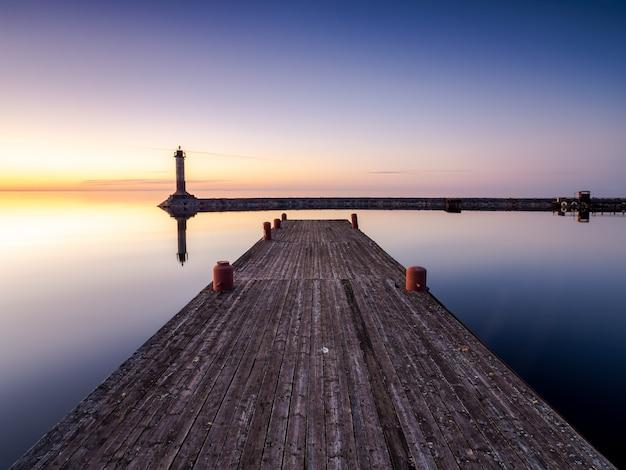 Zachód słońca nad jeziorem ladoga w lecie Premium Zdjęcia
