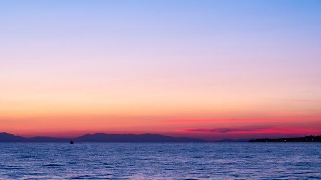 Zachód Słońca Nad Morzem Egejskim, Statek I Ląd W Oddali, Woda, Grecja Darmowe Zdjęcia