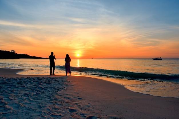 Zachód Słońca Nad Morzem Premium Zdjęcia