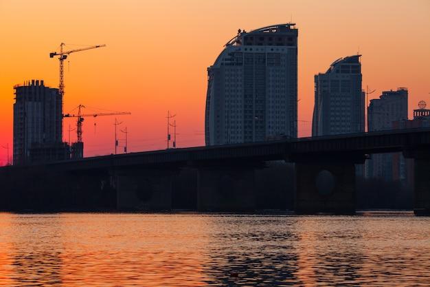 Zachód słońca nad mostem. Premium Zdjęcia