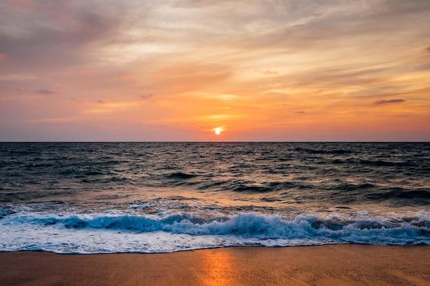 Zachód słońca plaża i fala morska Darmowe Zdjęcia