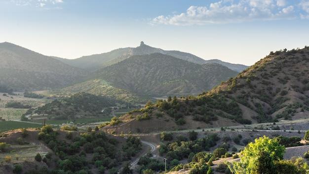 Zachód Słońca W Górach, Góry W Słońcu I Droga Premium Zdjęcia