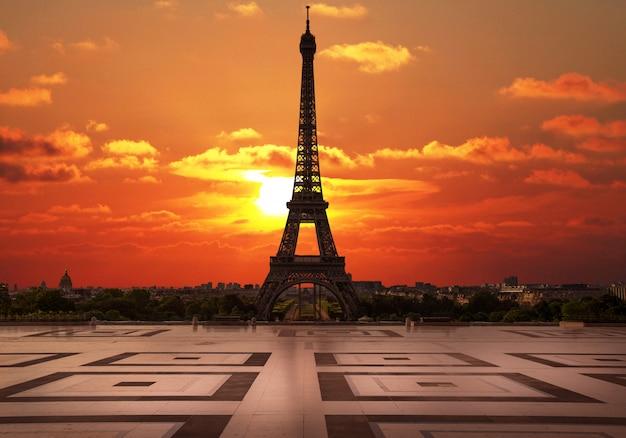 Zachód słońca w trocadero z wieżą eiffla Premium Zdjęcia