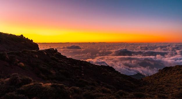 Zachód Słońca Z Caldera De Taburiente Z Pięknym Morzem Chmur Poniżej, La Palma, Wyspy Kanaryjskie. Hiszpania Premium Zdjęcia