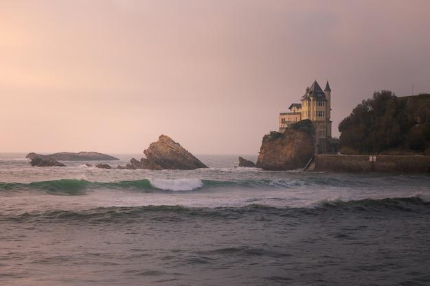 Zachód Słońca Z Miasta Biarritz W Kraju Basków. Premium Zdjęcia
