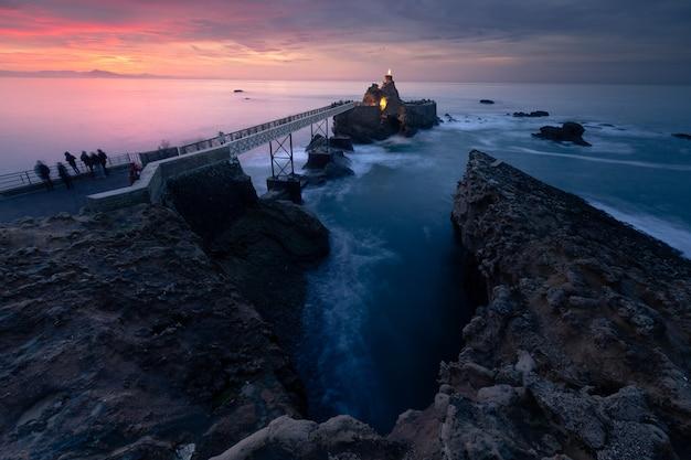 Zachód Słońca Z Wybrzeża Biarritz W Kraju Basków. Premium Zdjęcia