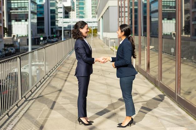 Zadowoleni Bizneswomany Opowiada Na Ulicie Darmowe Zdjęcia