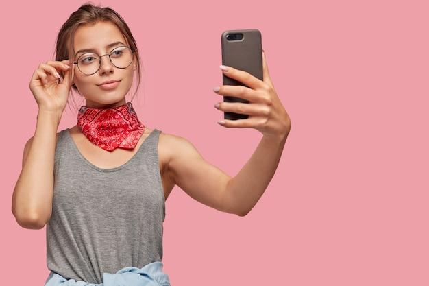 Zadowolona Europejka Robi Zdjęcia Za Pomocą Nowoczesnego Telefonu Komórkowego, Udostępnia Na Blogu Darmowe Zdjęcia