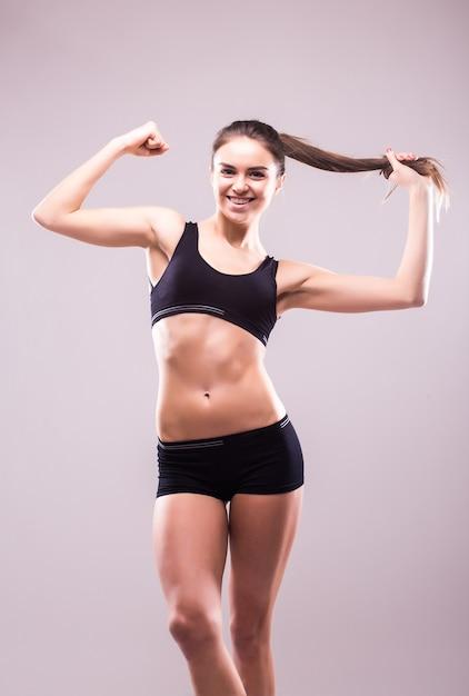 Zadowolona, Pewna Siebie, Aktywna Zdrowa Kobieta W Odzieży Sportowej Z Rękami Na Biodrach Darmowe Zdjęcia