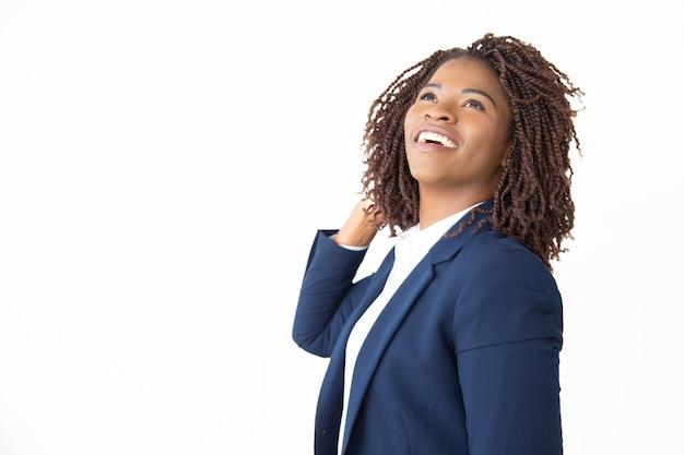 Zadowolony Bizneswoman śmia Się I Patrzeje W Górę Darmowe Zdjęcia