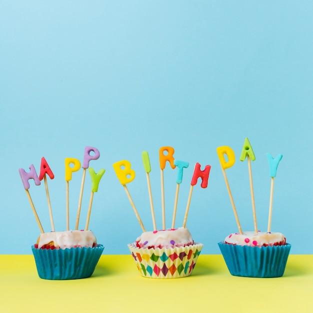 Zadowolony Urodziny Napis Na Babeczki Darmowe Zdjęcia