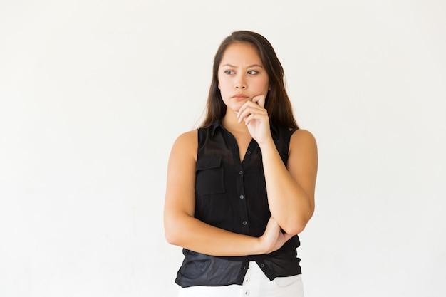 Zadumana Młoda Kobieta Z Ręką Na Podbródku Darmowe Zdjęcia