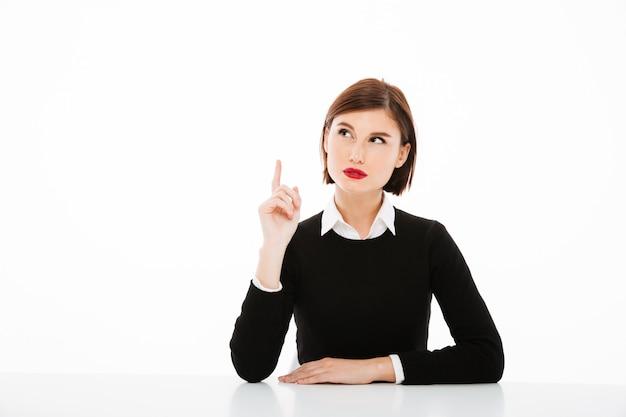 Zadziwiająca Poważna Młoda Biznesowa Kobieta Wskazuje Up Z Palcem Darmowe Zdjęcia