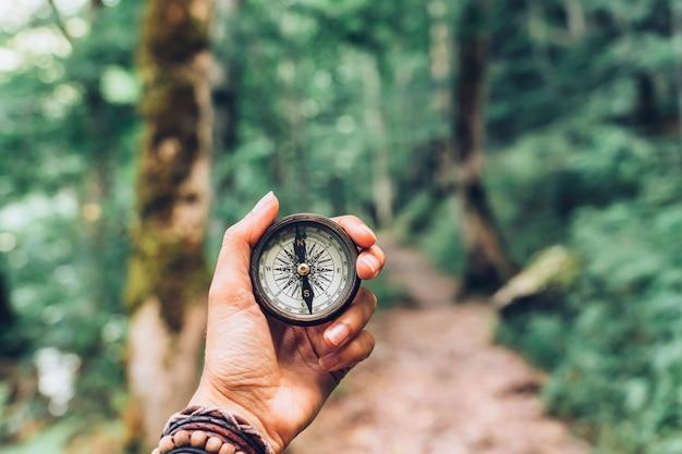 Zagubiona Kobieta Na Górze, Orientująca Się Kompasem. Premium Zdjęcia