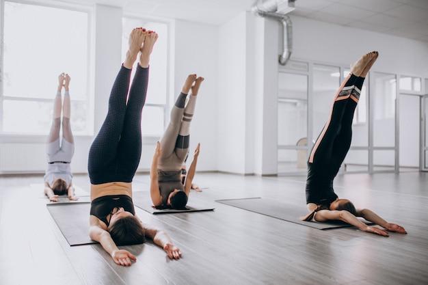 Zajęcia grupowe do jogi na siłowni Darmowe Zdjęcia