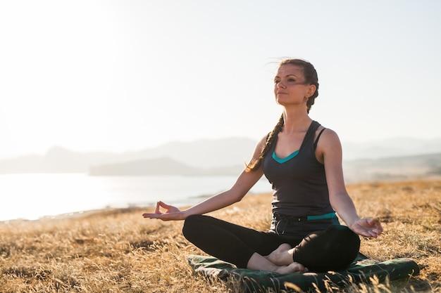 Zajęcia sunset yoga. Premium Zdjęcia
