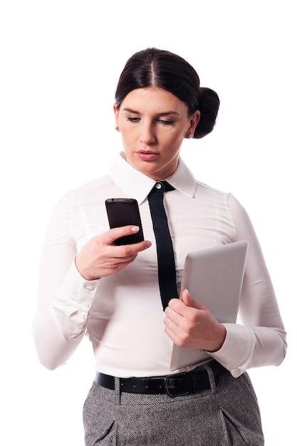 Zajęta Kobieta Z Telefonem I Cyfrowym Tabletem Darmowe Zdjęcia