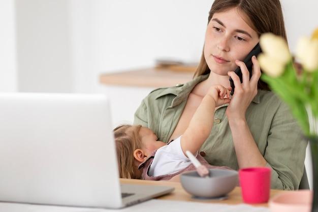 Zajęta Matka Z Małym Dzieckiem Darmowe Zdjęcia