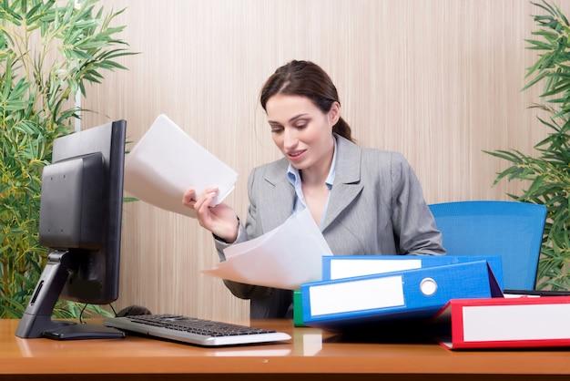 Zajęty Businesswoman W Biurze Pod Wpływem Stresu Premium Zdjęcia