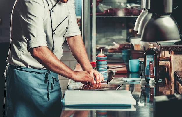 Zajęty Szef Kuchni W Pracy W Kuchni Restauracji Premium Zdjęcia