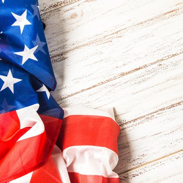 Zakończenie Amerykańska Usa Flaga Z Gwiazdami I Lampasami Na Białym Deski Tle Darmowe Zdjęcia