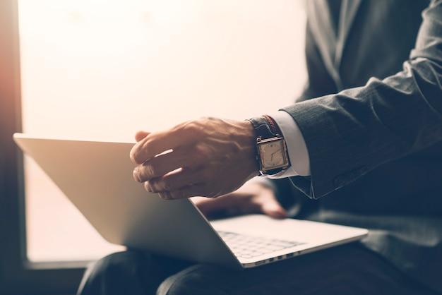Zakończenie biznesmena mienia laptop na jego podołku Darmowe Zdjęcia