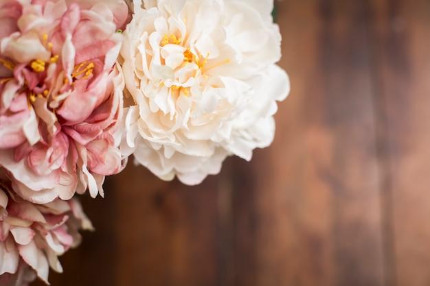 Zakończenie Bukiet Kwiaty Na Drewnianym Stołowym Rocznika Stylu Up Premium Zdjęcia