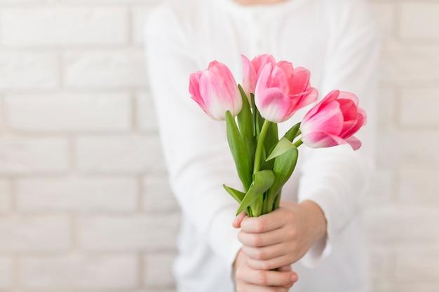 Zakończenie Chłopiec Mienia Kwiaty Darmowe Zdjęcia