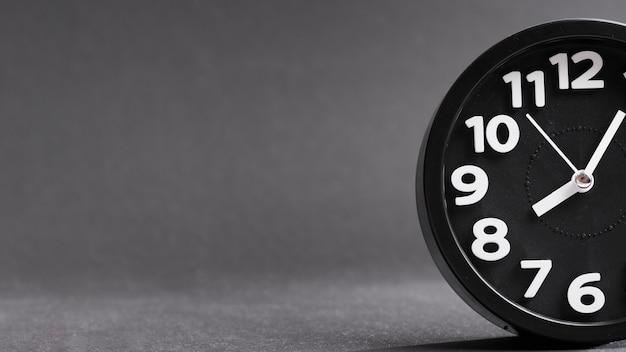 Zakończenie Czarny Zegar Przeciw Popielatemu Tłu Darmowe Zdjęcia