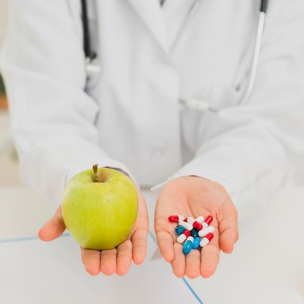 Zakończenie doktorski mienie zieleni jabłko i pigułki Darmowe Zdjęcia