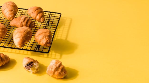 Zakończenie Domowej Roboty Croissants Z Kopii Przestrzenią Premium Zdjęcia