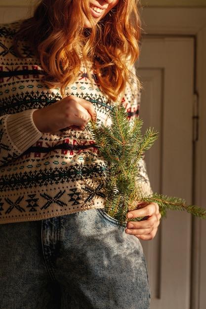 Zakończenie dziewczyna z jedlinowym drzewem kapuje indoors Darmowe Zdjęcia