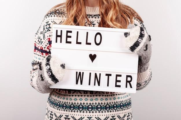 Zakończenie dziewczyny mienia zima znaka cześć Darmowe Zdjęcia